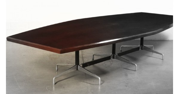 Segmented, the impressive office table designed by Charles and Ray Eames